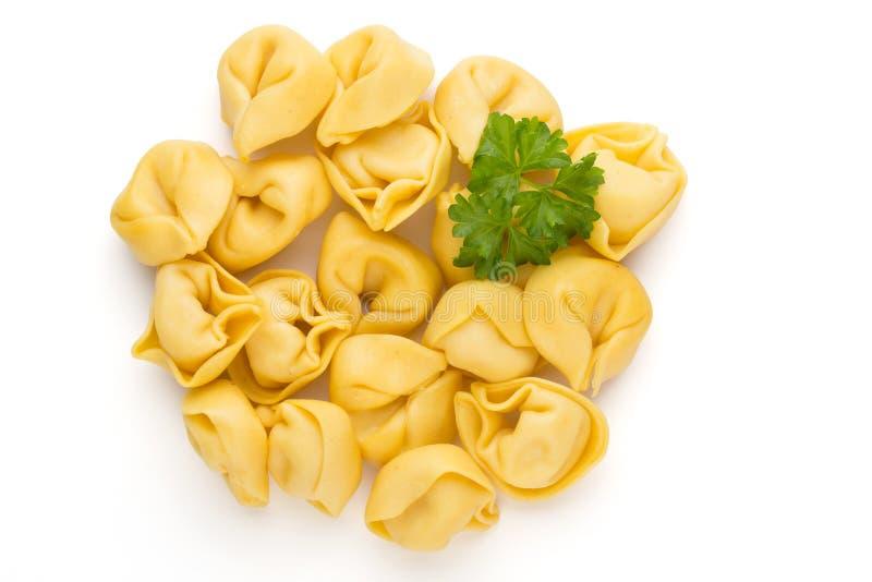 Pasta casalinga cruda, tortellini con le erbe fotografia stock