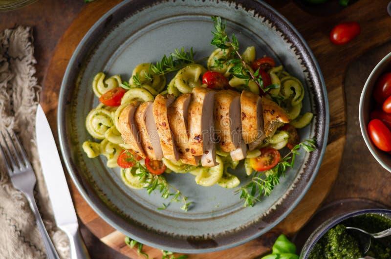 Pasta casalinga di pesto con il pollo arrostito immagine stock libera da diritti