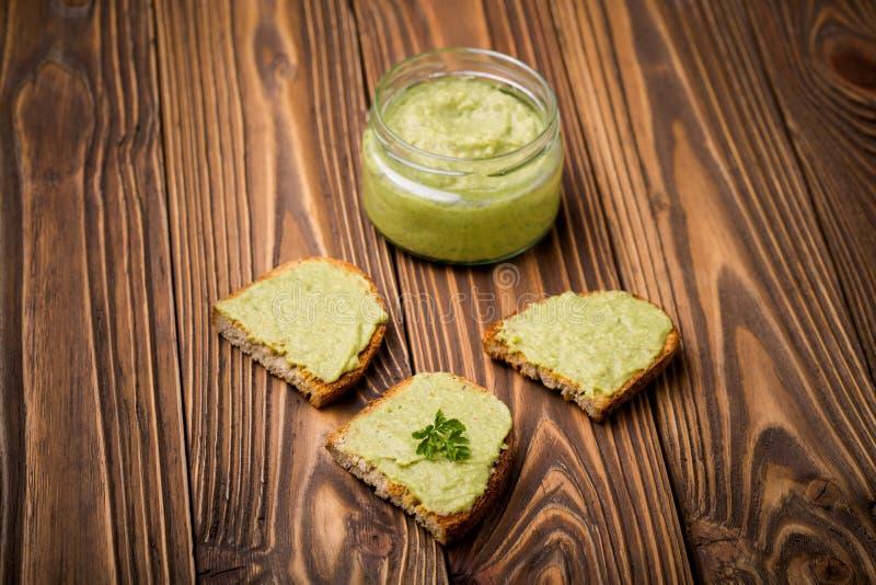 Pasta caseiro dos pimentões do abacate de Diy imagens de stock