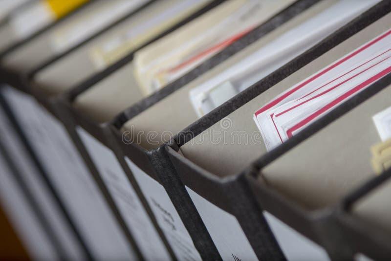 Pasta com arquivos e folhas imagem de stock royalty free