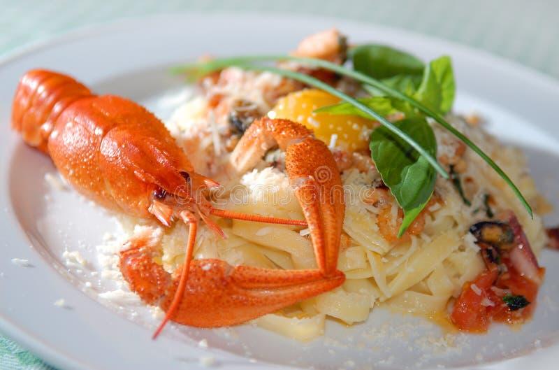 Pasta com Parmesão do queijo uma lagosta do rio foto de stock royalty free