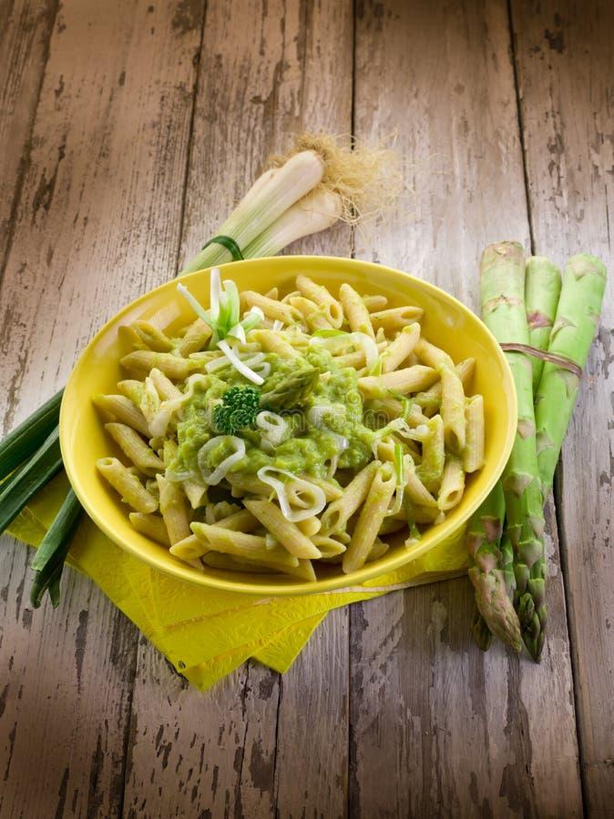 Pasta con asparago ed il porro immagini stock libere da diritti