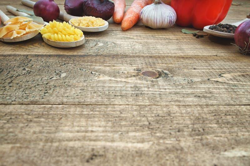 Pasta con gli ortaggi freschi sulla tavola fotografia stock