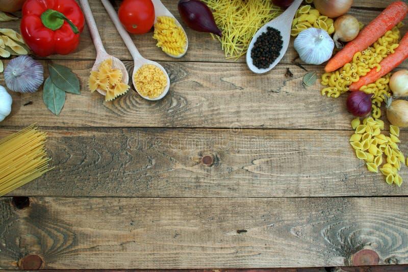 Pasta con gli ortaggi freschi sulla tavola immagine stock libera da diritti