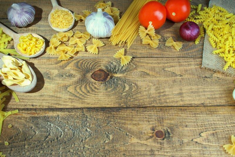 Pasta con gli ortaggi freschi sulla tavola fotografie stock libere da diritti