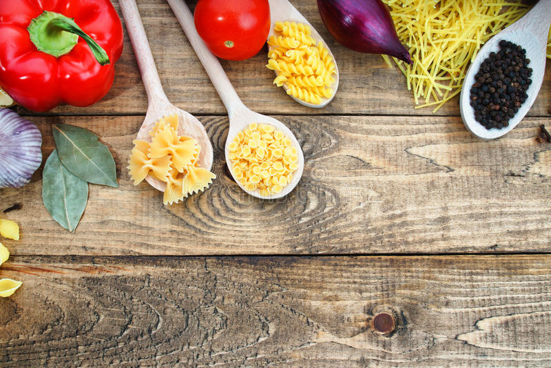 Pasta con gli ortaggi freschi sulla tavola immagini stock