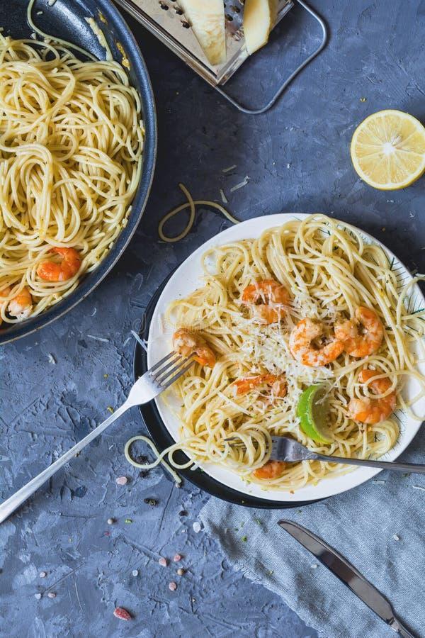 Pasta con i frutti di mare, i gamberetti ed il limone fotografia stock