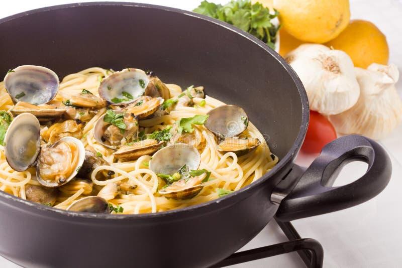 Pasta con i molluschi fotografia stock libera da diritti
