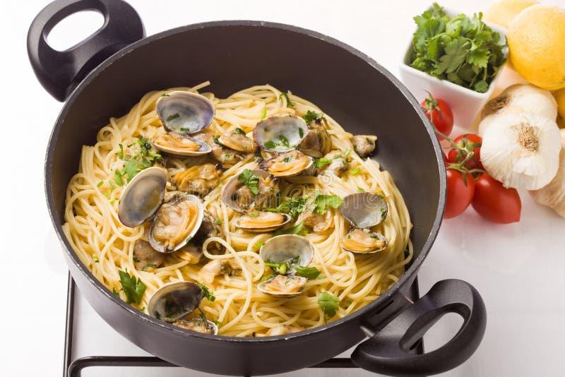 Pasta con i molluschi fotografia stock