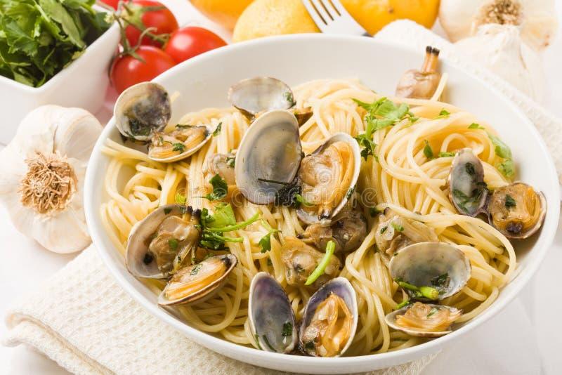 Pasta con i molluschi su priorità bassa bianca immagine stock libera da diritti