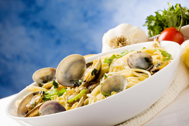 Pasta con i molluschi su priorità bassa blu immagine stock libera da diritti