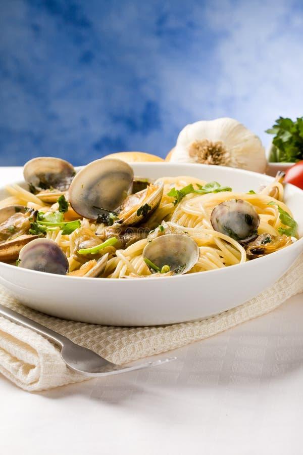 Pasta con i molluschi su priorità bassa blu fotografia stock libera da diritti