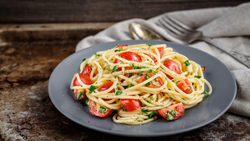 Pasta con i pomodori ciliegia ed il prezzemolo immagini stock