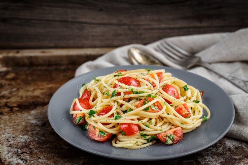 Pasta con i pomodori ciliegia ed il prezzemolo immagine stock libera da diritti