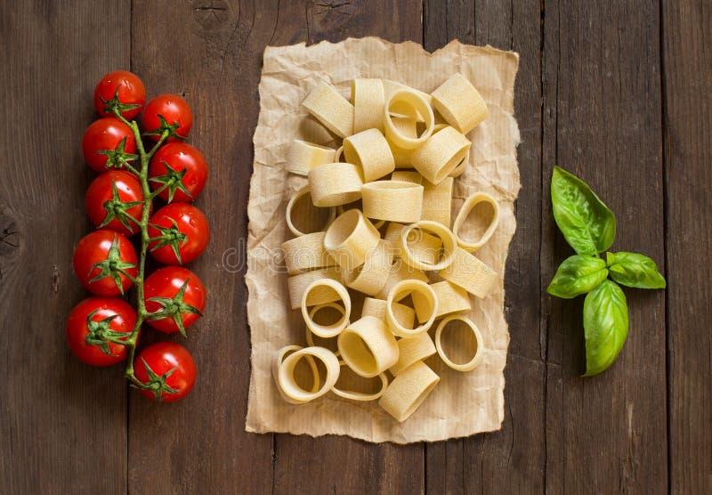 Pasta con i pomodori ed il basilico fotografia stock libera da diritti