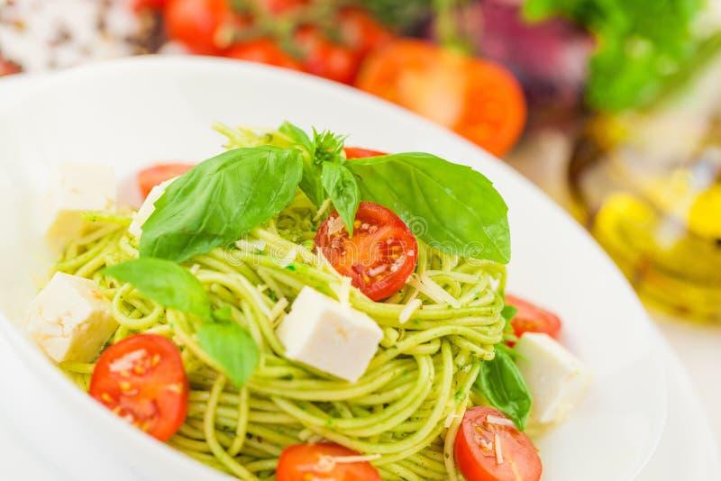 Download Pasta Con I Pomodori, Gli Spinaci Ed Il Prosciutto Di Parma Fotografia Stock - Immagine di freschezza, formaggio: 117981662
