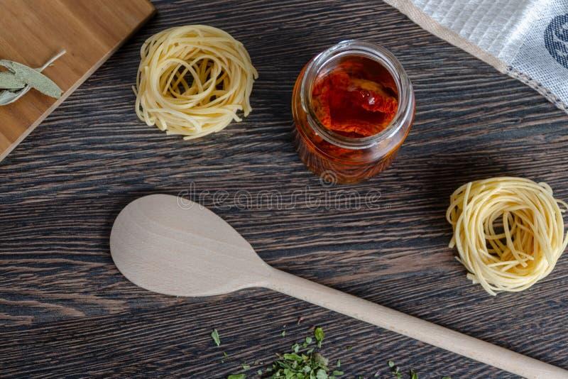 Pasta con i pomodori seccati al sole fotografie stock
