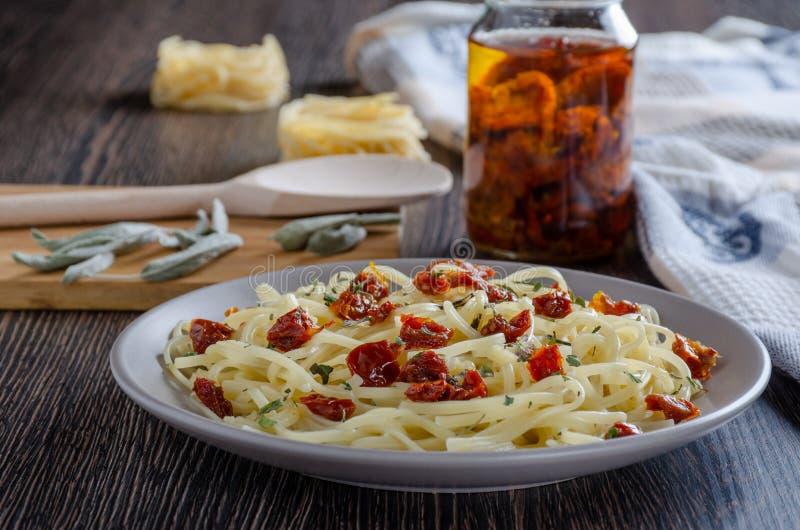Pasta con i pomodori seccati al sole fotografia stock libera da diritti