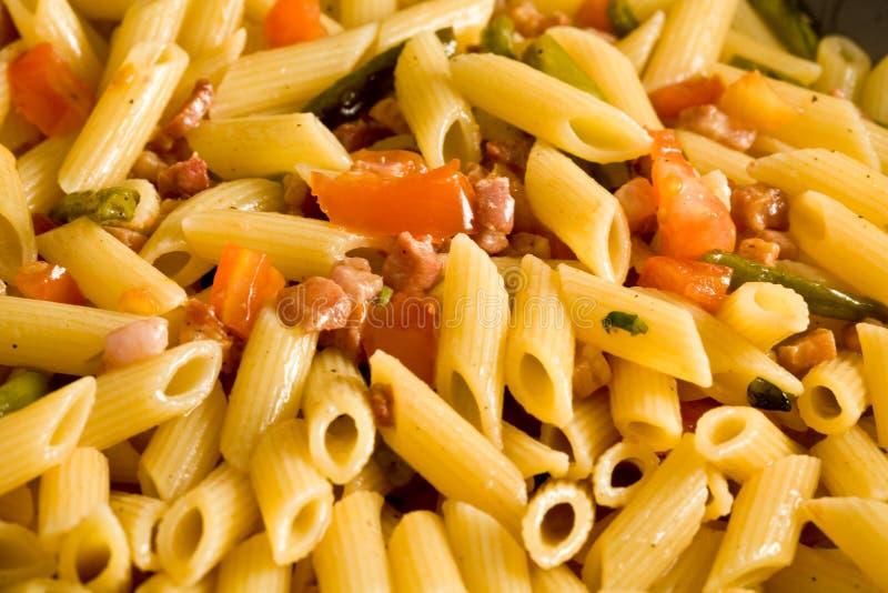 Pasta con il prosciutto ed i fagiolini immagine stock libera da diritti