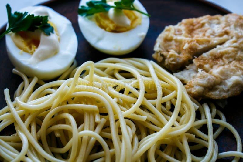 Pasta con l'uovo ed i verdi della carne fotografia stock
