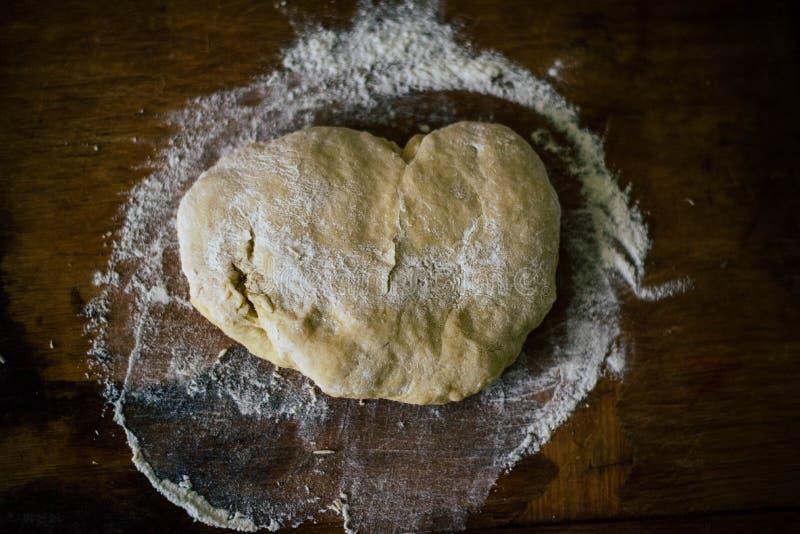 Pasta con la harina en los tableros imágenes de archivo libres de regalías