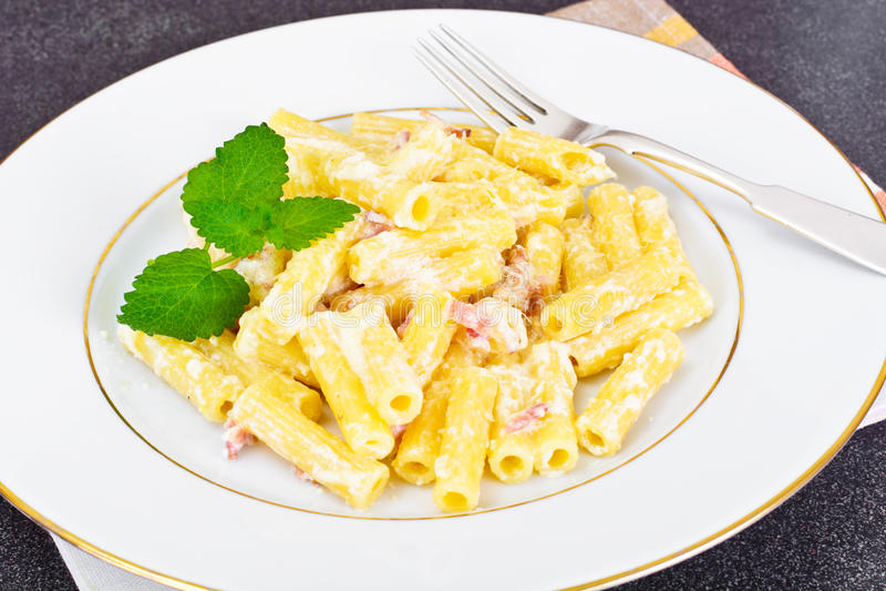 Pasta con la salsa di Carbonara Cucina italiana fotografia stock