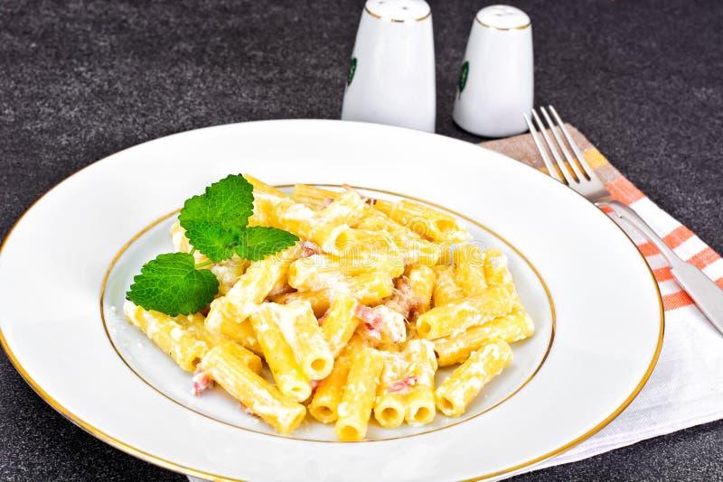 Pasta con la salsa di Carbonara Cucina italiana fotografia stock libera da diritti