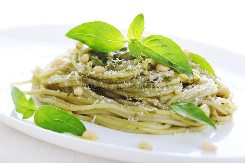 Pasta con la salsa di pesto, il basilico fresco e le noci di pino fotografia stock libera da diritti