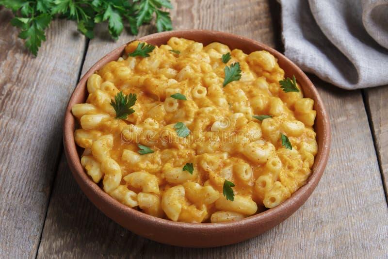 Pasta con la zucca ed il formaggio cremosi in terraglie immagini stock libere da diritti