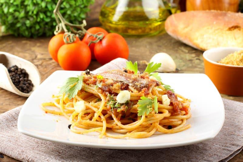 Pasta con le acciughe, pomodori immagini stock libere da diritti