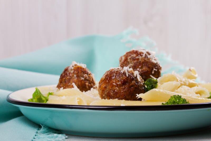 Pasta con le polpette ed i broccoli della salsiccia del manzo fotografie stock libere da diritti