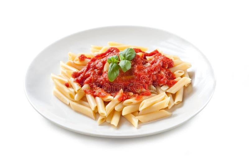 """Pasta con salsa al pomodoro e basilico – """"raggiro Basilico di Penne al Pomodoro """"su fondo bianco fotografia stock libera da diritti"""