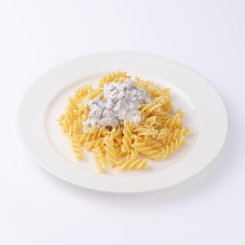 Pasta con salsa besciamella isolata su fondo bianco immagini stock libere da diritti