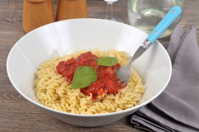 Pasta con salsa bolognese in un piatto fotografia stock