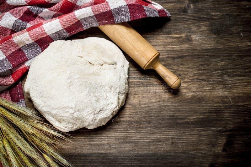 Pasta con un rodillo y las espiguillas del trigo imagen de archivo