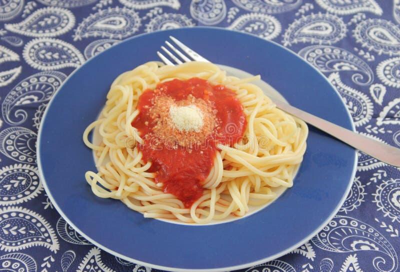 Pasta con una salsa dei pomodori immagine stock