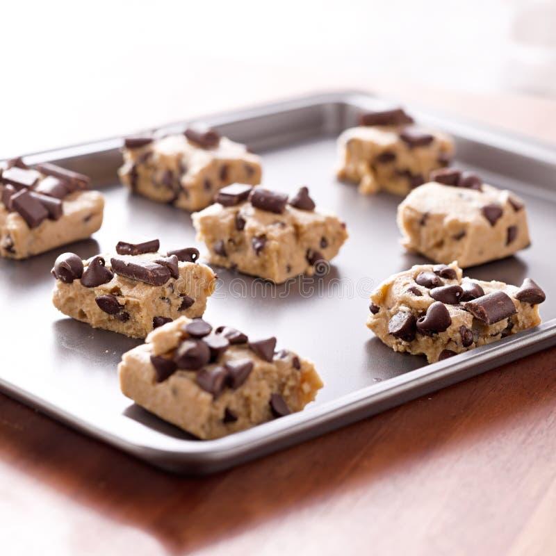 Pasta cruda del biscotto su una vaschetta di cottura fotografie stock libere da diritti