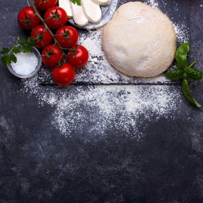 Pasta cruda para la pizza foto de archivo