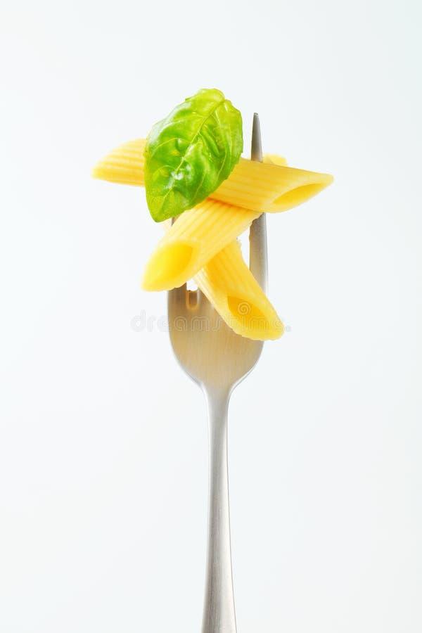 Pasta cucinata del penne su una forcella fotografie stock