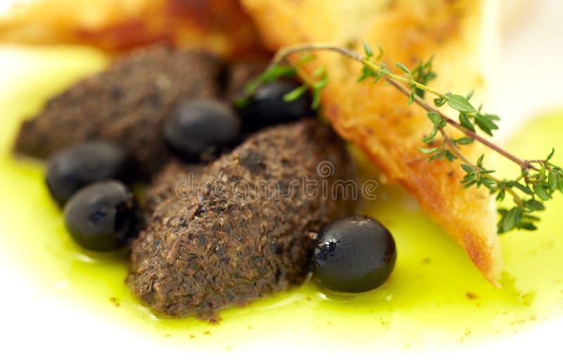 Pasta das azeitonas em um brinde imagem de stock royalty free
