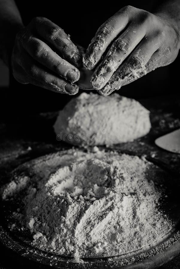 Pasta de amasamiento del panadero foto de archivo libre de regalías