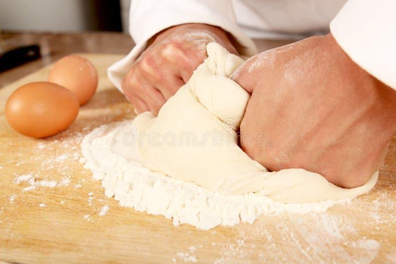 Pasta de amasamiento del panadero fotos de archivo