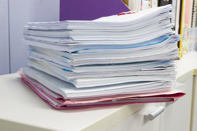 Pasta de arquivos e pilha de arquivo em papel do relatório comercial imagens de stock