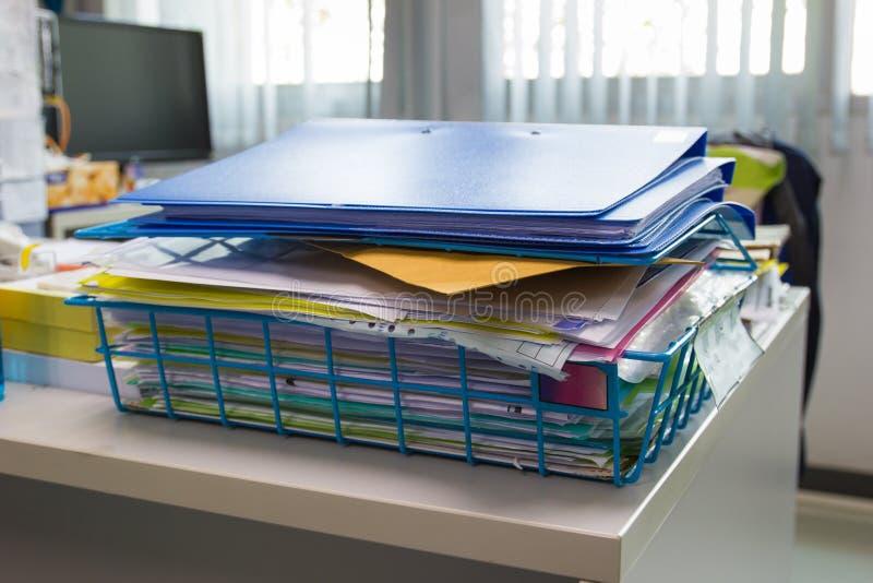 Pasta de arquivos e pilha de arquivo em papel do relatório comercial fotografia de stock royalty free