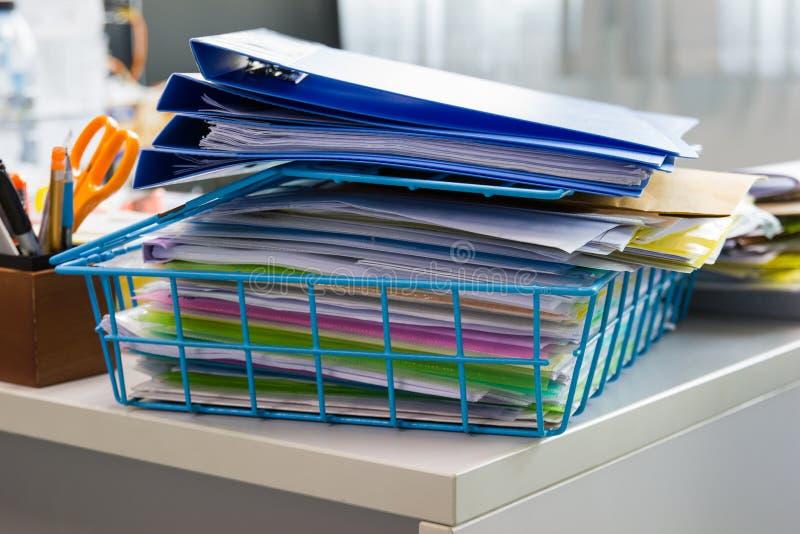 Pasta de arquivos e pilha de arquivo em papel do relatório comercial fotos de stock