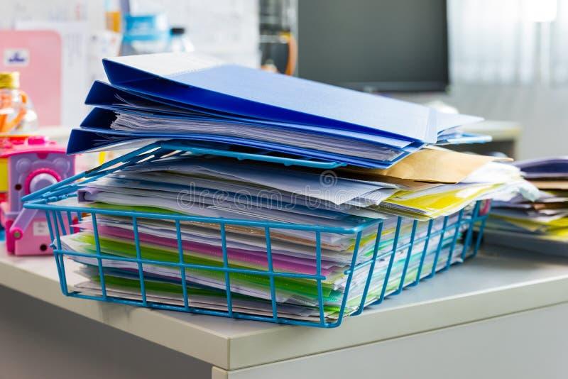 Pasta de arquivos e pilha de arquivo em papel do relatório comercial na tabela imagens de stock royalty free