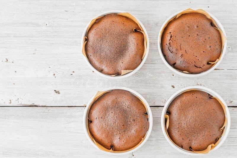 Pasta de azúcar del chocolate en la opinión de sobremesa de madera blanca imágenes de archivo libres de regalías