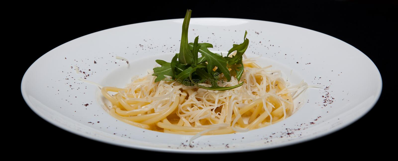 Pasta de Carbonara Culinária italiana Em um fundo preto imagens de stock