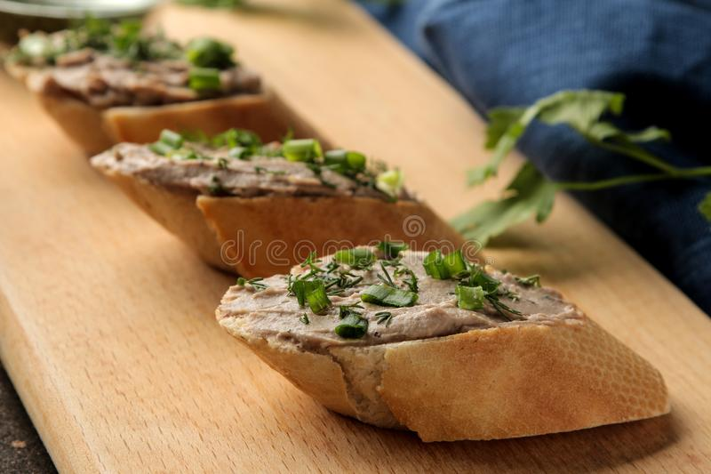 Pasta de fígado caseiro fresca da galinha com verdes no pão em um fundo escuro Um sanduíche Close-up imagem de stock royalty free