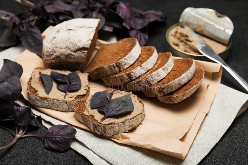 Pasta de fígado da galinha do aperitivo no pão Pequeno almo?o delicioso foto de stock